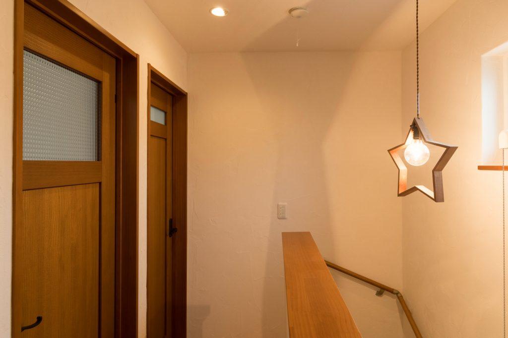 星型ライトが素敵な2階ホール