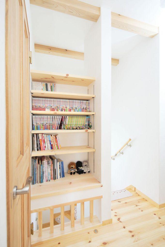 階段上のデッドスペースも本棚として活用した