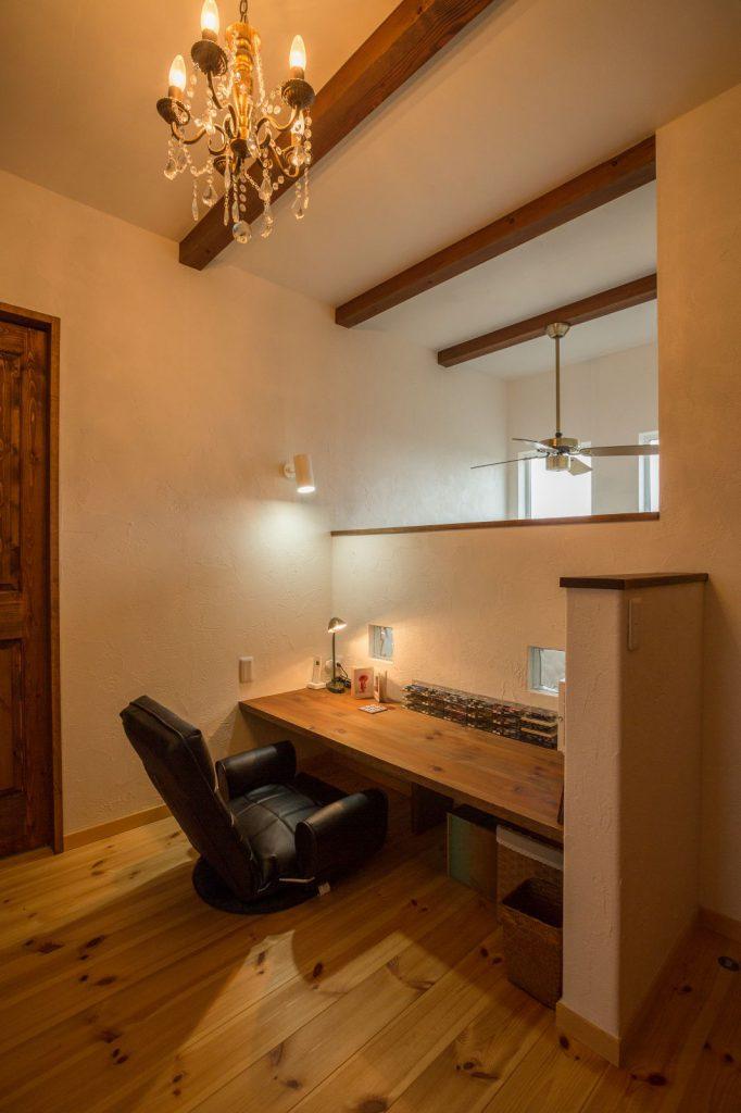 2階ホールのデッドスペースを活かして作ったご主人の書斎
