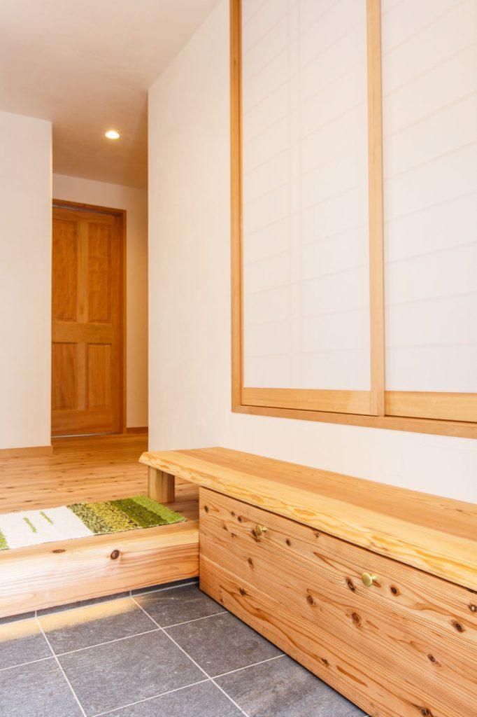 玄関の右手は和室につながっています