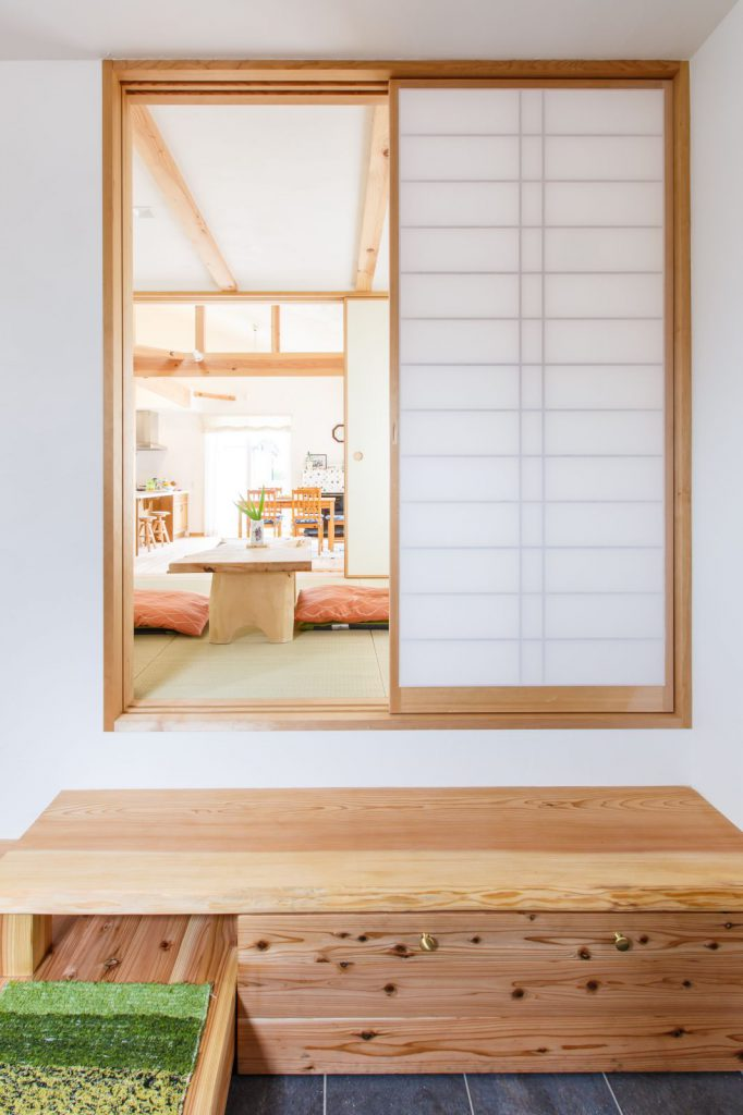 玄関から和室・ダイニング・リビングと一直線につながる眺め