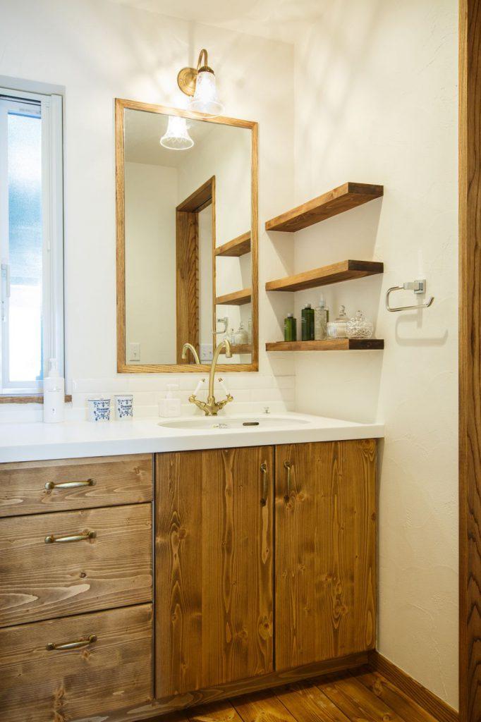 温かみのある明るい洗面
