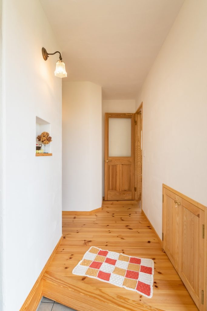 かわいい照明とニッチが◎シンプルな玄関