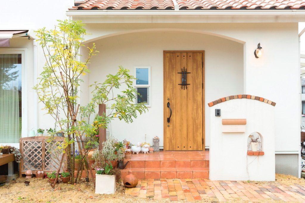 アーチ型の下がり壁が◎ かわいい玄関ポーチ