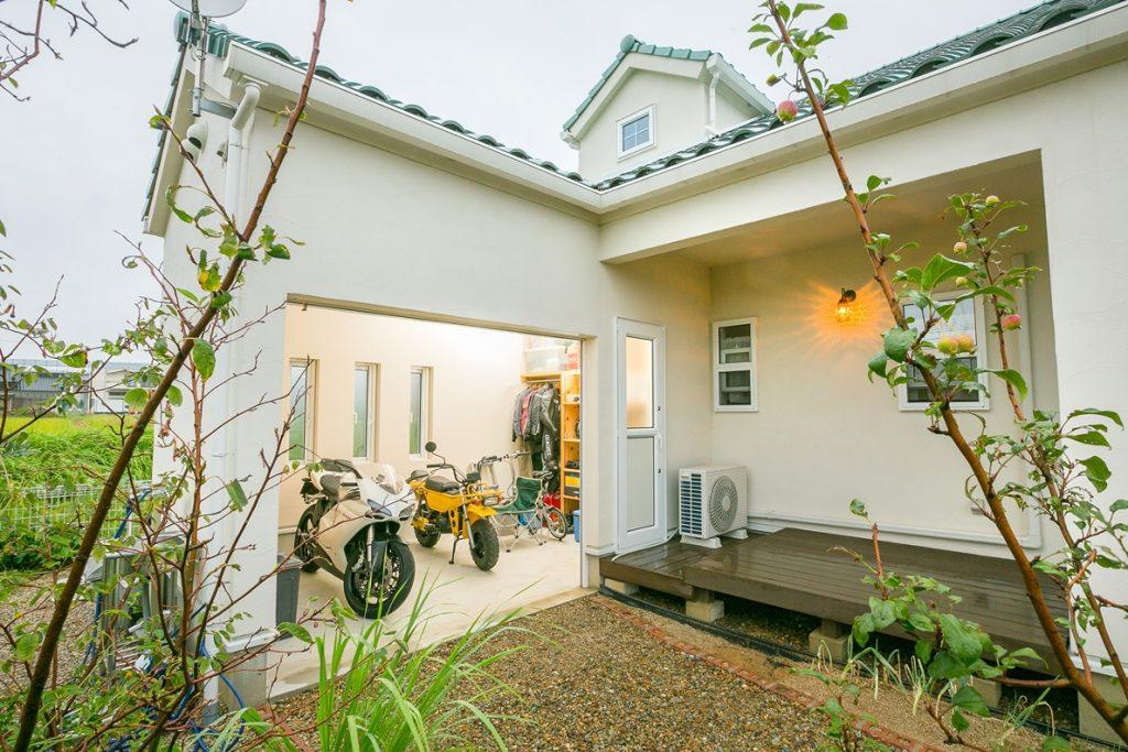 趣味のバイクを楽しむガレージ。2階の屋根はドーマーで個性的なデザインに