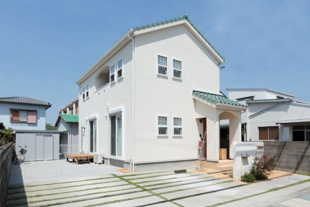 爽やかなグリーンの屋根が印象的な外観