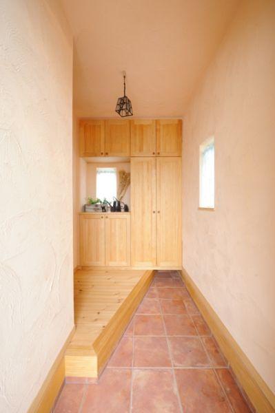 木のあたたかみ溢れる玄関