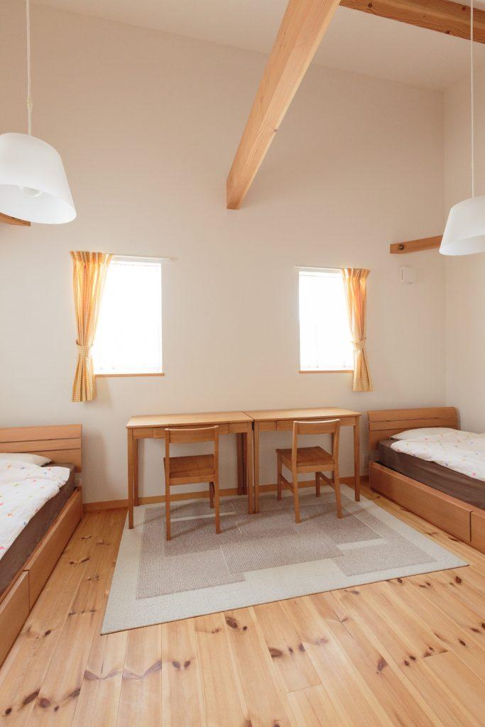 姉妹が仲良く過ごす子供部屋は、ハンドメイドの家具ともぴったりマッチしたナチュラルな空間