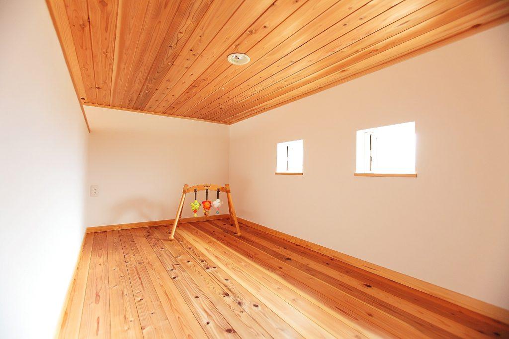 2Fの天井・床に杉材を使用することで、落ち着いた色合いのリラックスできる空間に。