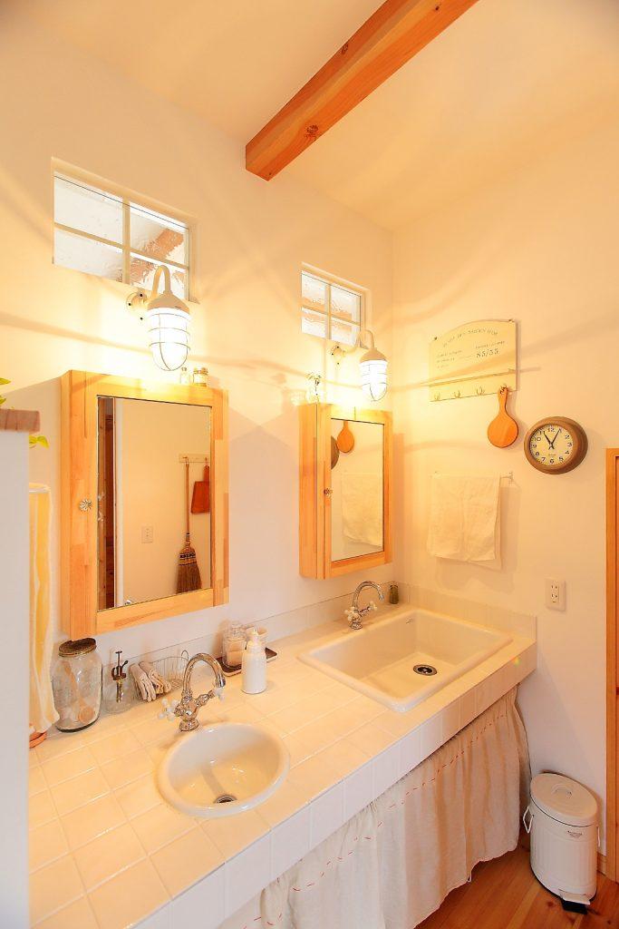 洗面台が混みがちな朝。そんな時大活躍してくれる2シンクの洗面台。鏡の後はなんと収納棚!
