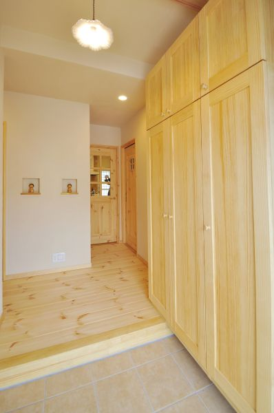 木と漆喰のぬくもり溢れる玄関ホール