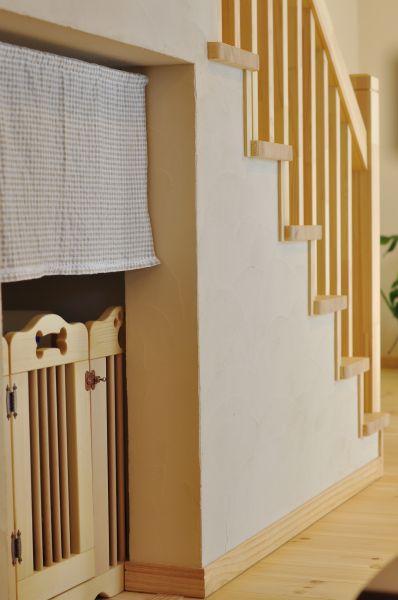階段下のデッドスペースは、愛犬のスペースとして有効活用