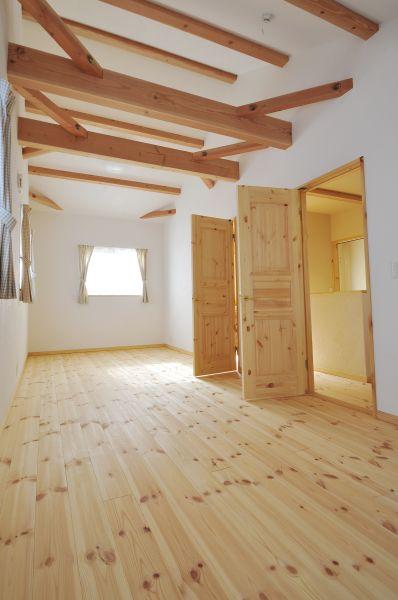 2階の子ども部屋は、将来は2つに部屋を分けられるようにと、今は広々とした1つの空間に
