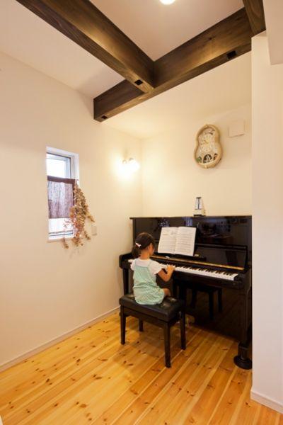 ピアノの先生をしている奥様のご希望のピアノ室。リビングを通らずに行き来が可能