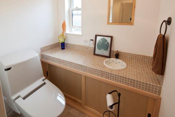 ピアノ教室に通う生徒・保護者の為に、1階トイレは明るく・広く