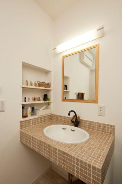 トイレの手洗い器と同じタイルで仕上げた洗面台