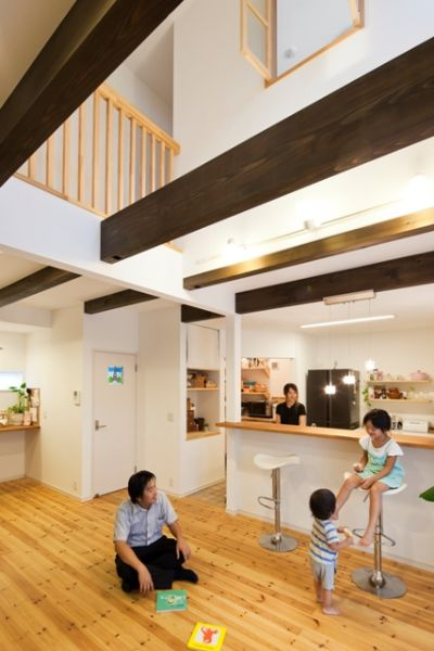 ブラウンに塗装した梁は部屋のアクセントになり、空間をグッと引き締めます