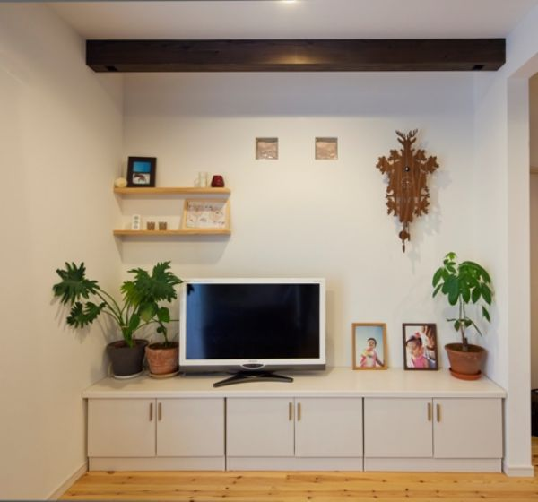 造り付けのテレビボードですっきりとした印象に