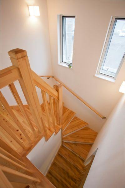 階段にもやわらかな光が降り注ぐ