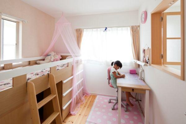 各子ども室は吹抜けに隣接しており、小窓がついている