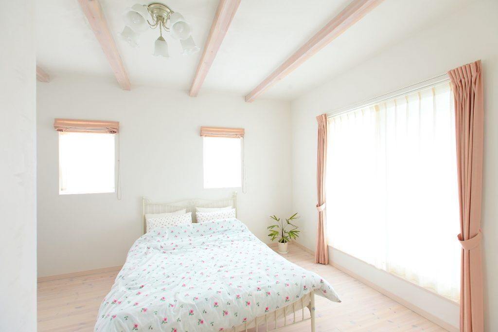 寝室も優しく光が射し込み、癒しの空間。