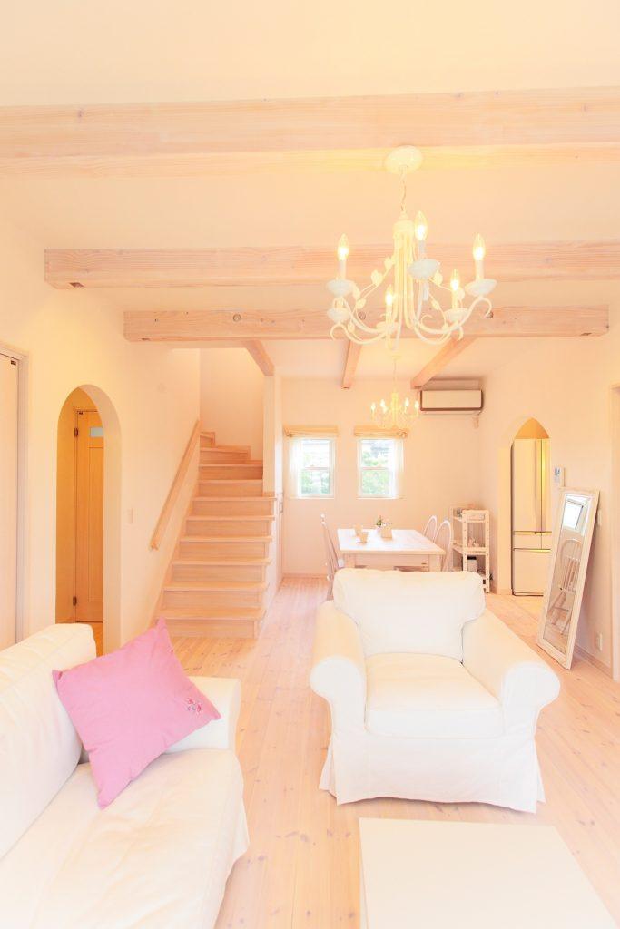 全部屋、南向きのため白い空間にたっぷりの光が射し込み、一段と明るさが増します。