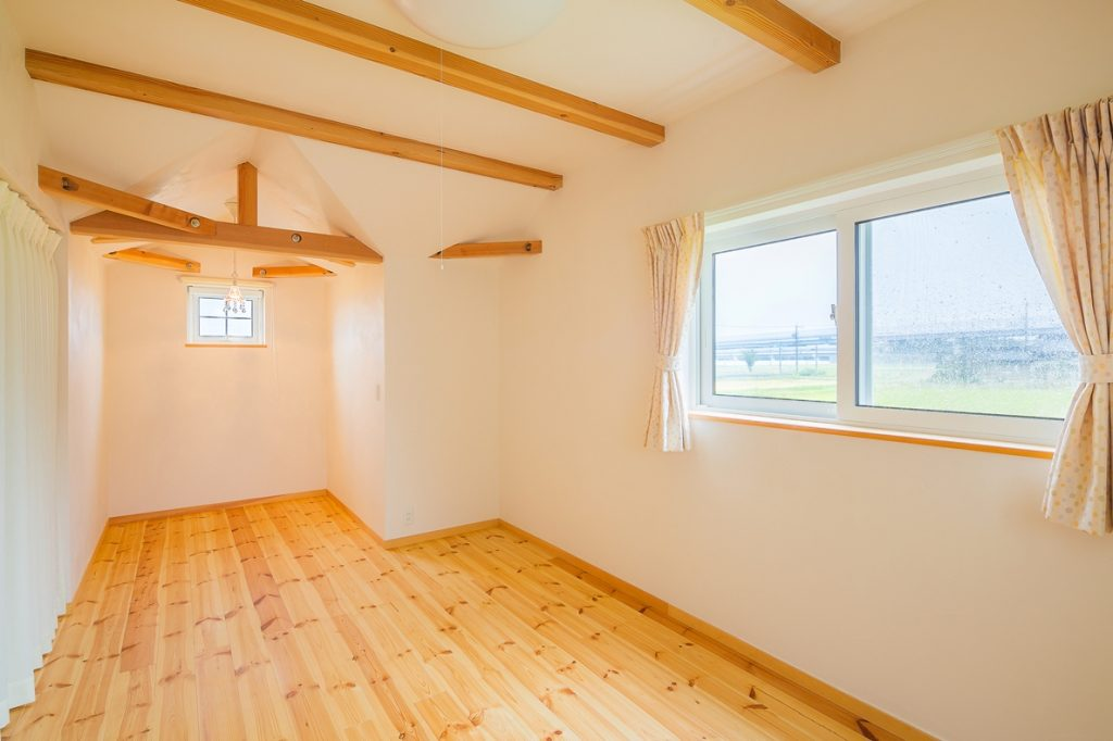 2階の洋室には照明をつけると塗り壁の陰影が映しだされ印象的な雰囲気になるドーマーを作った