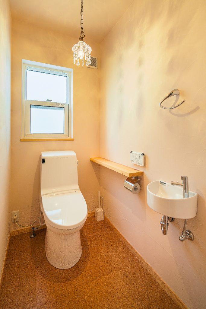 シンプルなトイレも塗り壁で温かみのある雰囲気に