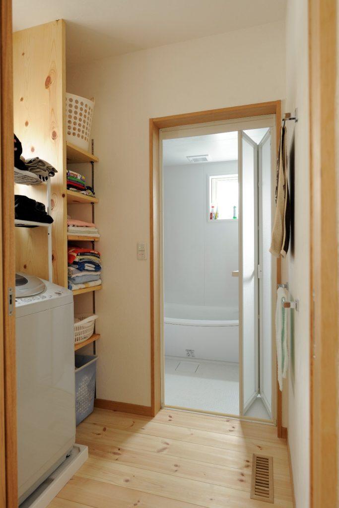 使いやすさバツグンの棚がうれしい脱衣室