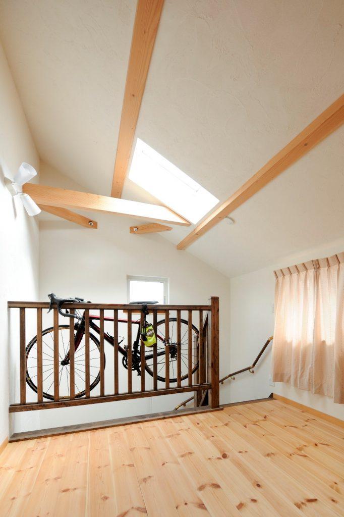 勾配天井によって空間を広く感じられる2階ホール