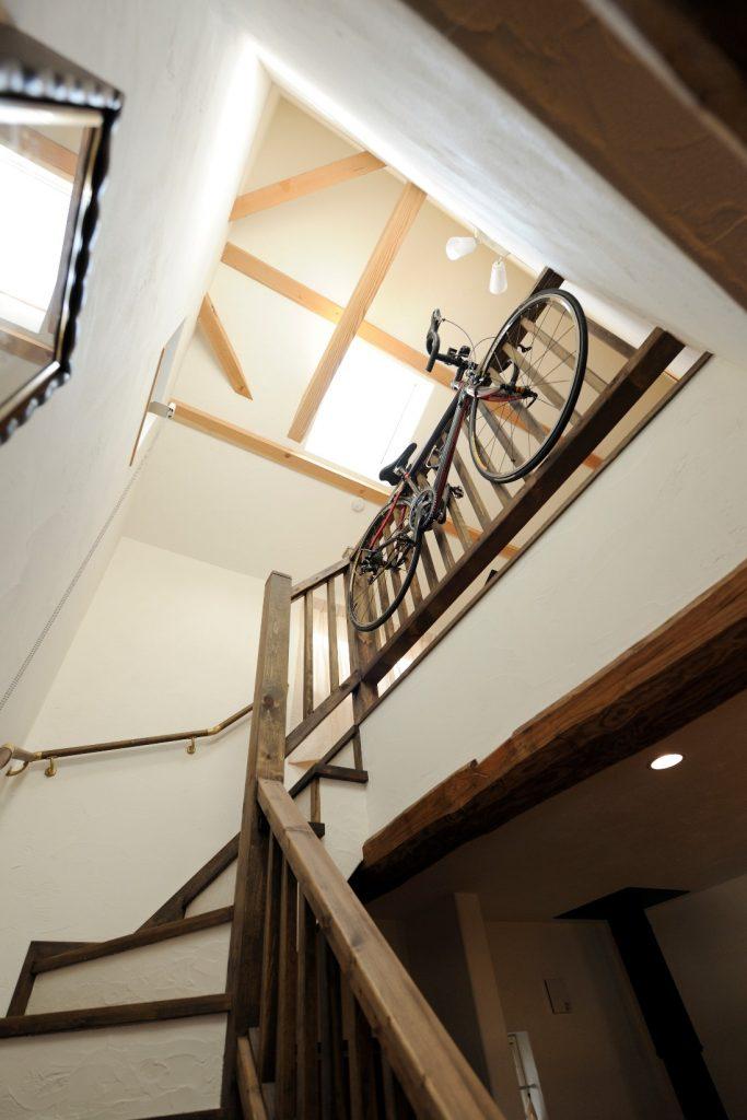 吹抜けからキッチンへと光が届き 桧の柱が印象的な階段