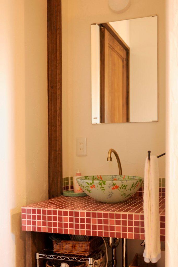 洗面ボウルに赤いタイルが良く似合う オリジナル洗面化粧台