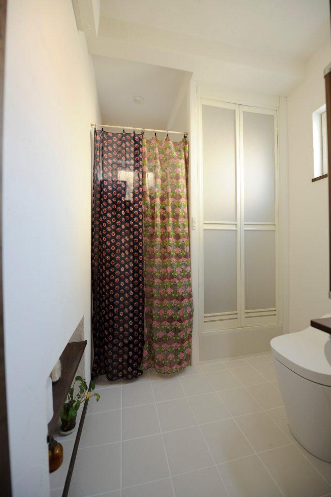 カーテンの向こうには洗濯機が・・・コンパクトにまとめられ、使いやすい水回り