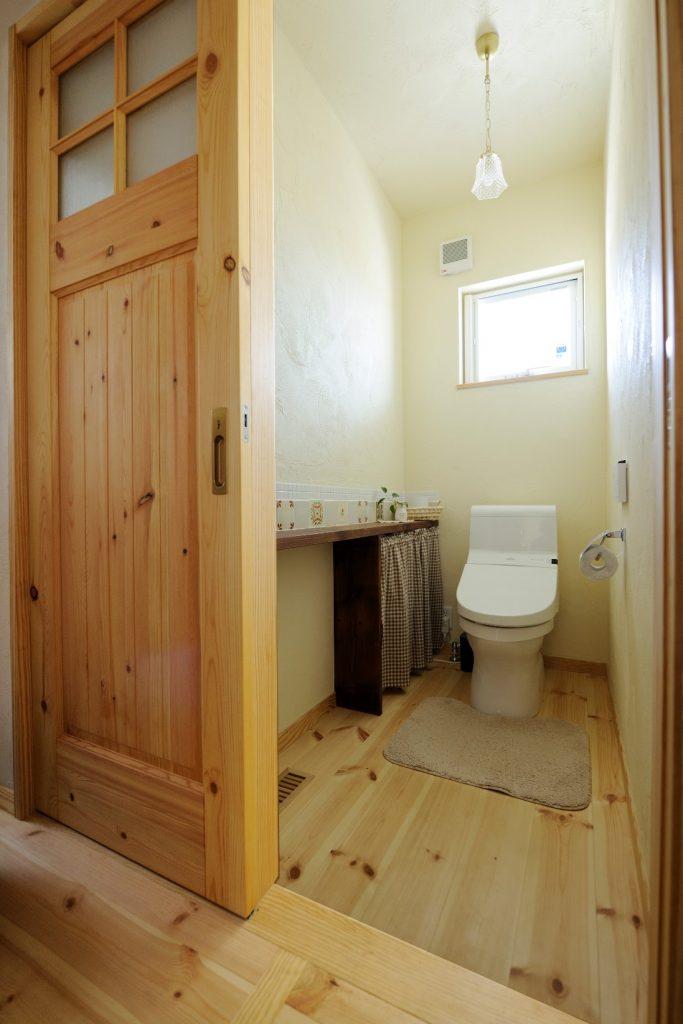 トイレの壁面には可愛らしいタイルがセンス良く並ぶ