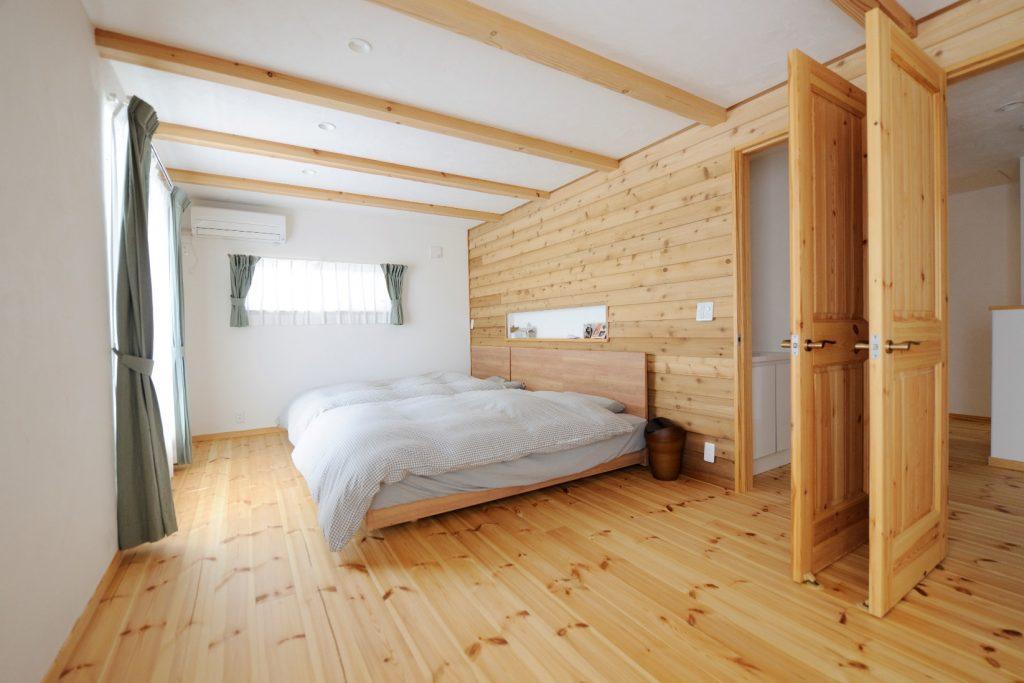 レッドシダーの羽目板が美しい寝室