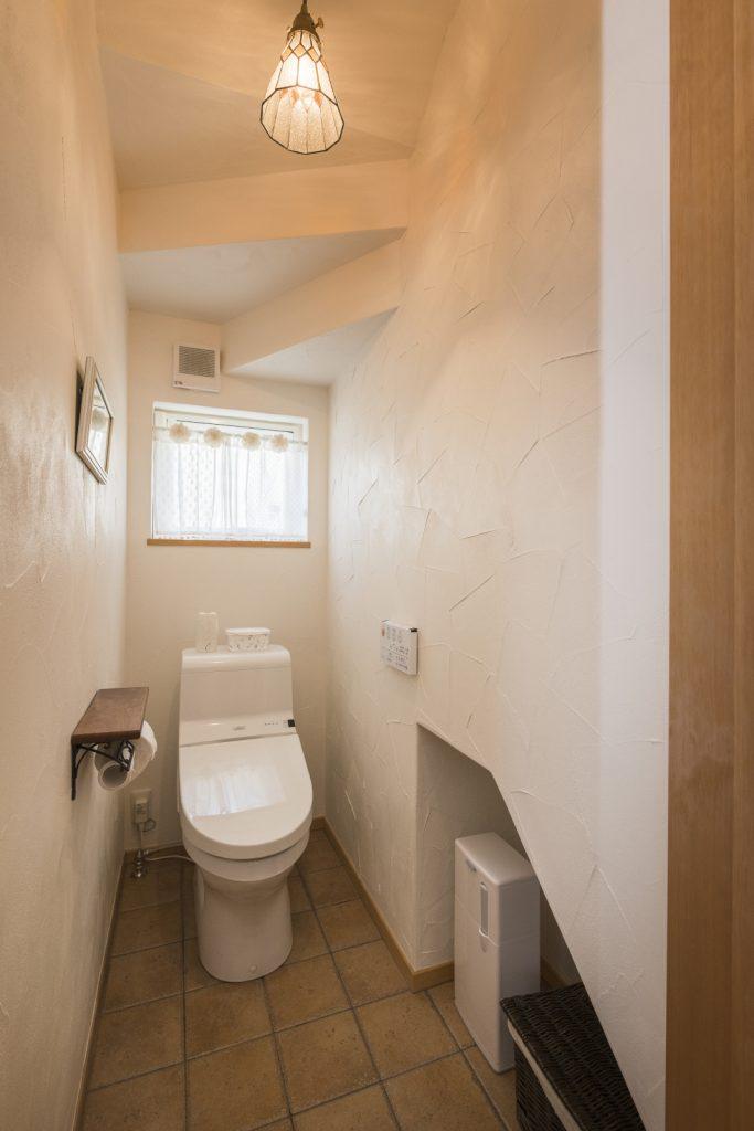 トイレにも合う漆喰壁は消臭力も◎