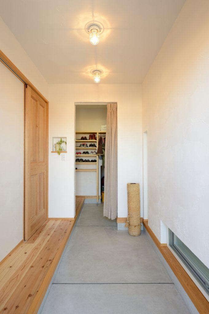 玄関の奥はベビーカーも入る大容量収納