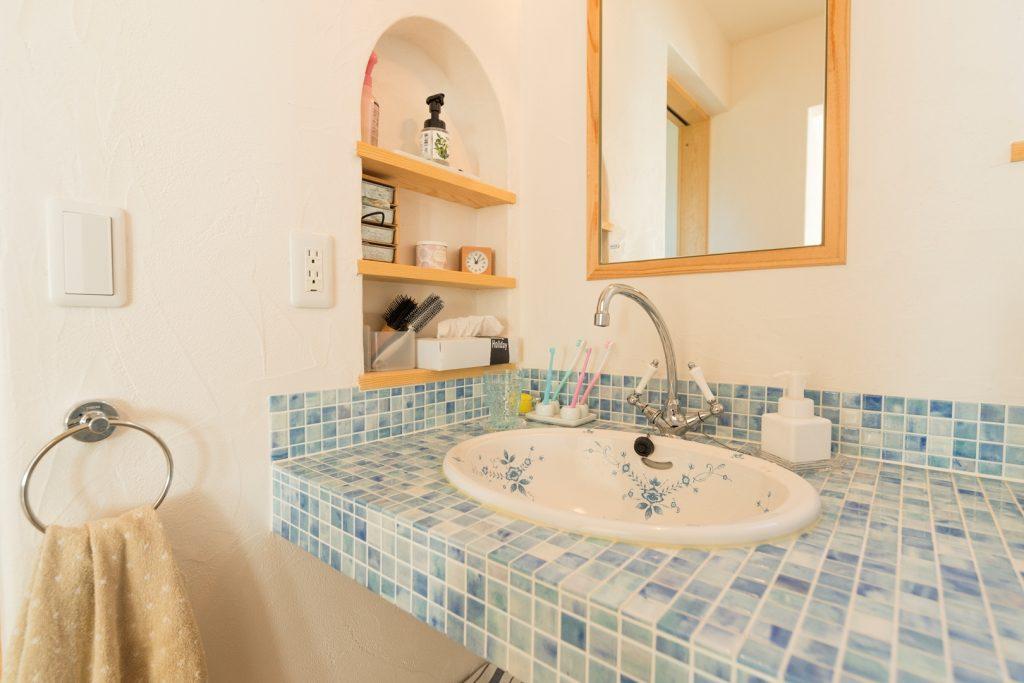 可愛らしい洗面ボウルにブルーのモザイクタイルがよく似合う オリジナル洗面化粧台