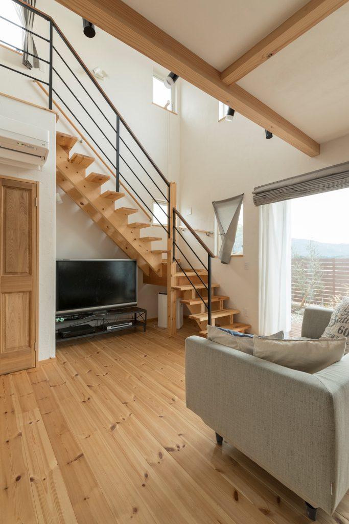 ストリップ階段で空間も広々、それでいてリビングエアコン1台で家中暖かく快適な空間