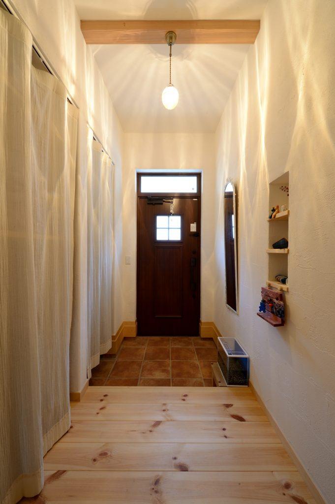 採光窓付きの玄関ドアで、明るさを確保