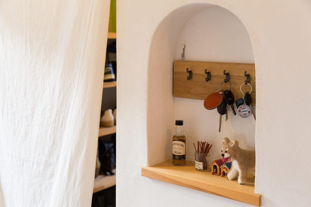 ご夫妻の手作りの小物が飾られたニッチ棚