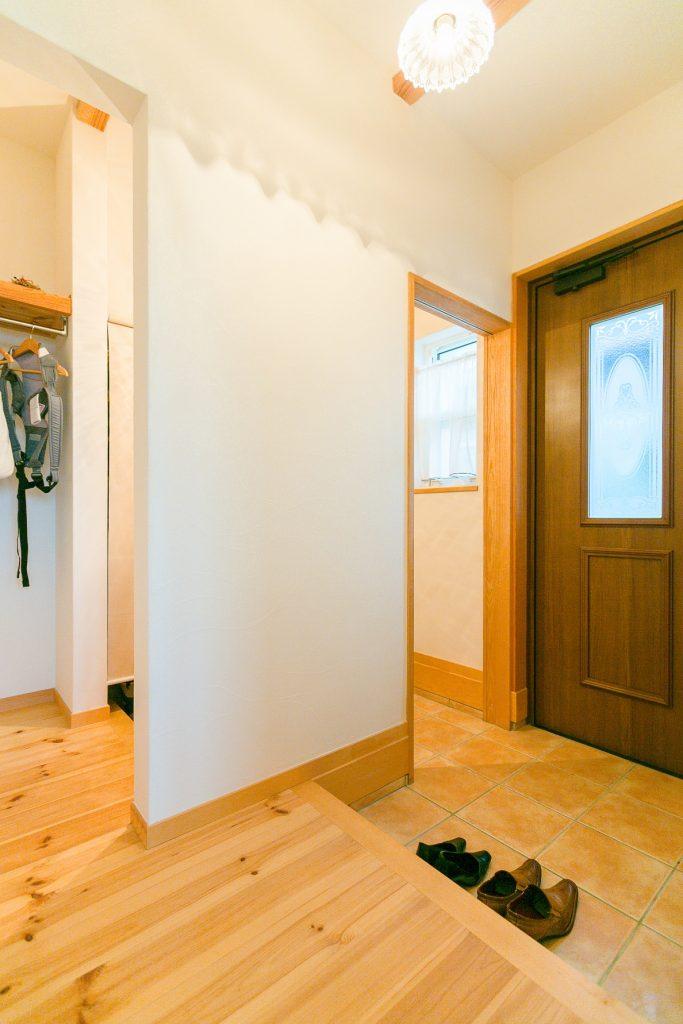玄関を入って右手には大きなシューズクロークを配置