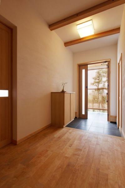 玄関前に設けた縦格子は、室内から見ても粋なアクセントになっている。