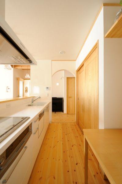 親子並んで料理ができるように、キッチンと背面収納との間は広めに。