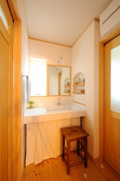 洗面台と脱衣室が別々になっているので、お風呂に入る人・手を洗う人が混雑しないので、とっても便利。