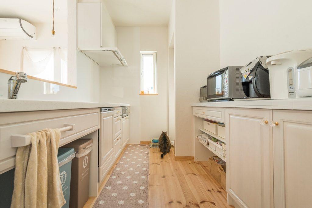 ホワイトで色付けされたオーク材が美しい 落ち着きのあるキッチン