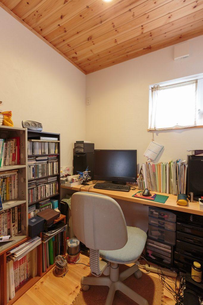 本やCDが所狭しと並べられ、こもり感満載の書斎