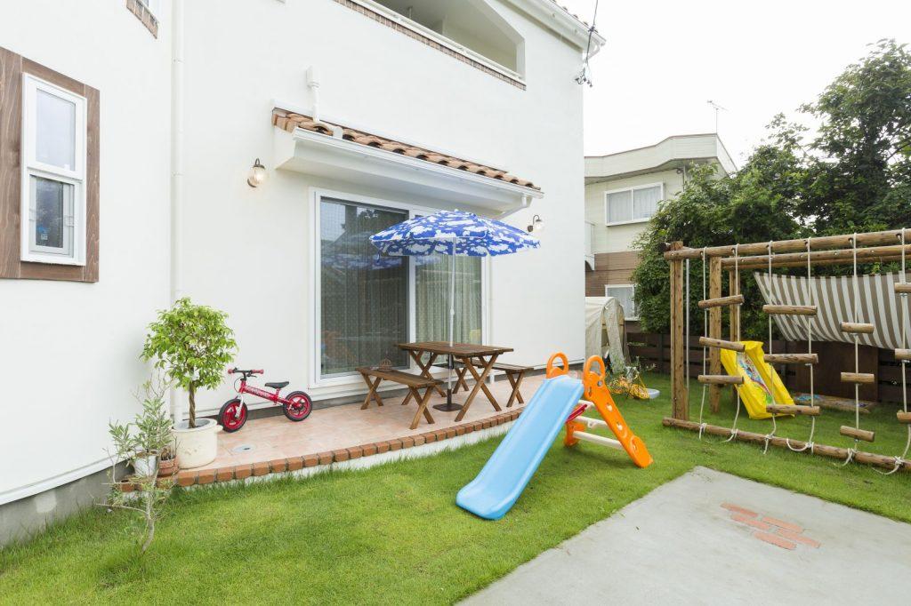 アスレチックや滑り台のある庭も子どもたちのお気に入りの遊び場