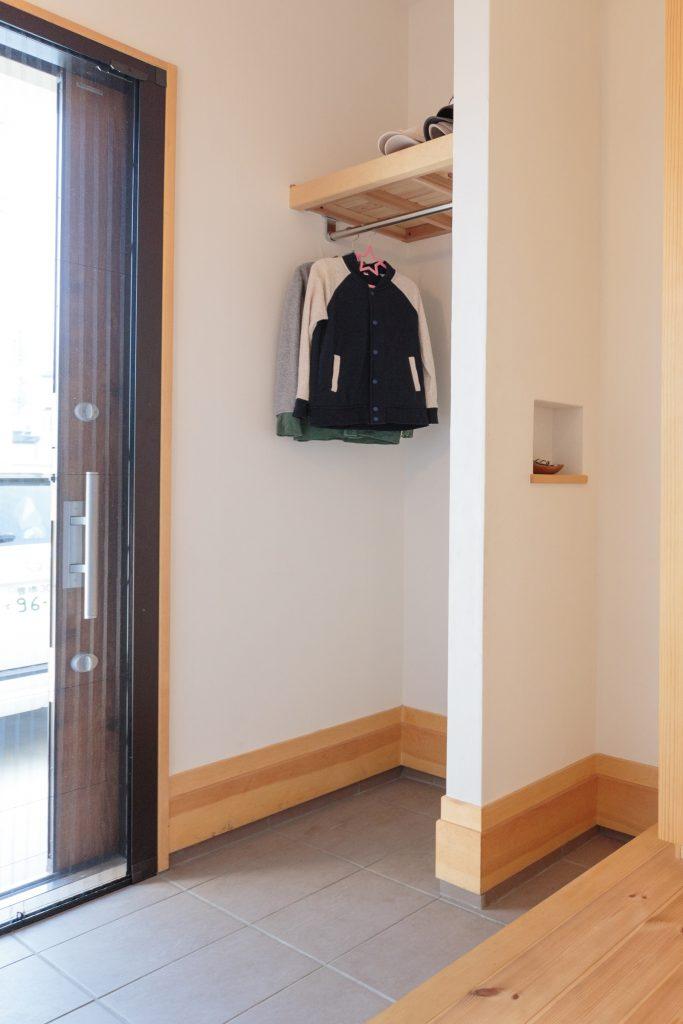 帰って来たらすぐに上着が掛けられるように…とコートハンガーを設けた玄関。 室内に余計な湿気や埃を持ち込まないので、衛生面でも◎