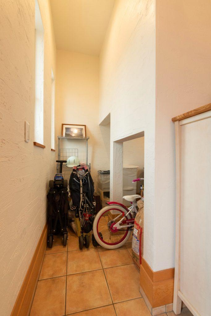 階段下のスペースを有効利用した玄関収納